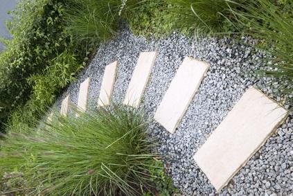 Artikelgebend sind wertvolle Tipps zur Errichtung eines Gartenpfades.