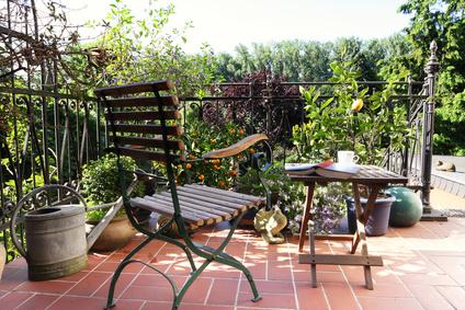 Saubere Terrasse im mediterranen Stil