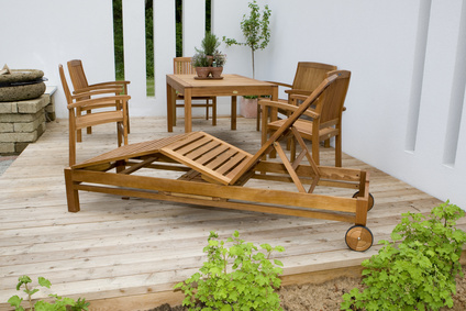 Einige Gartenmöbel aus Holz auf einer Veranda