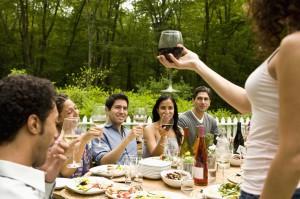 Feiergesellschaft im Garten an gedecktem Tisch