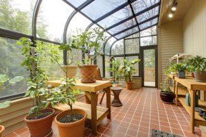 Clevere Fensterdekoration: So bleibt der Wintergarten zu jeder Jahreszeit gemütlich